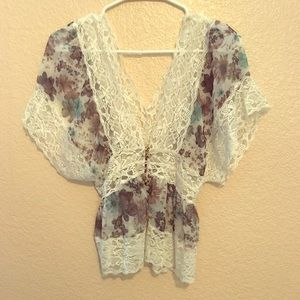 Shirt with floral pattern and lace.